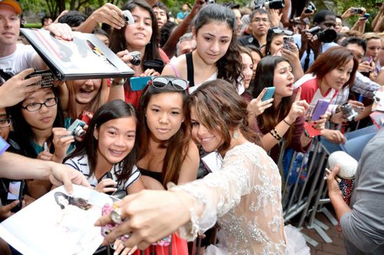 Selena Gomez chính là ngôi sao chăm tự sướng cùng fan nhất - Ảnh 2.