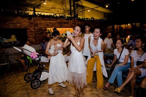Tăng Thanh Hà mặc giản dị nhưng vẫn nổi bần bật trong tiệc sinh nhật con trai ca sĩ Thảo Trang - Ảnh 4.
