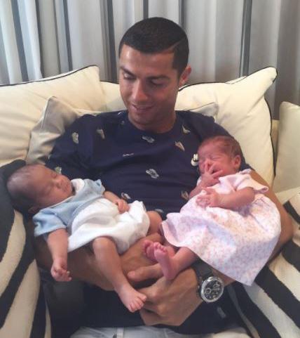Ronaldo hạnh phúc khoe hai quý tử sinh đôi - Ảnh 1.