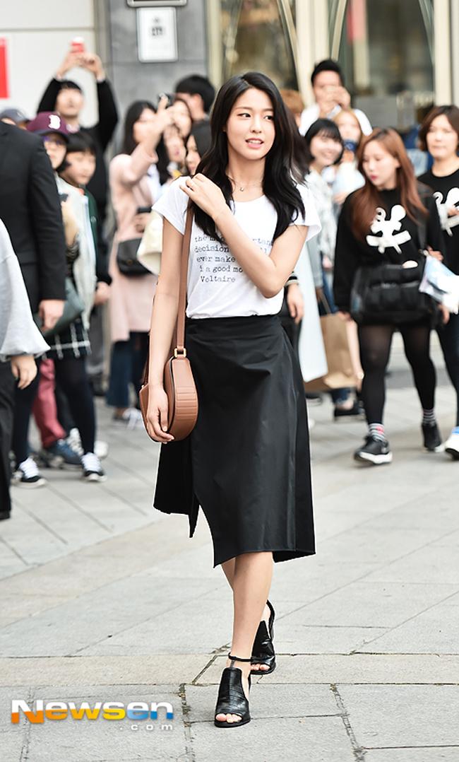 Lan Khuê diễn sâu trên phố Tokyo với áo dài, Selena Gomez tròn trịa vẫn thích mặc hở - Ảnh 13.