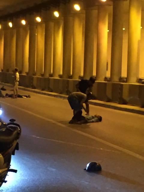 Hà Nội: Hai nam thanh niên lái xe Exciter đâm dải phân cách, 1 người bất tỉnh ở hầm Kim Liên - Ảnh 1.