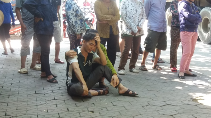 Đời sống: Chồng thai phụ khóc ngất bên thi thể vợ dưới gầm container
