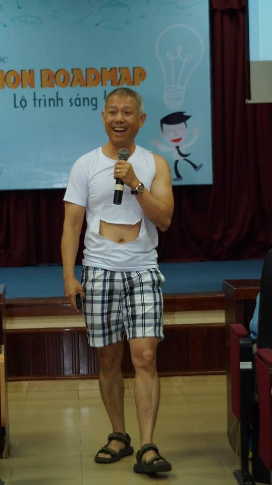 Phó hiệu trưởng ĐH Hoa Sen mặc quần sooc, áo thun giảng bài trước sinh viên: Không phải lần đầu tiên! - Ảnh 6.