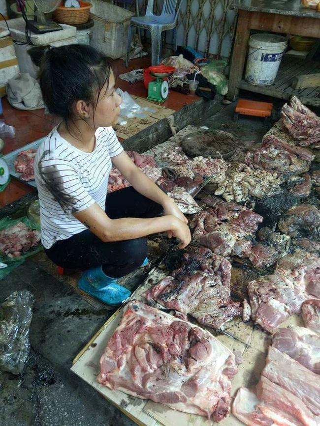 Quận Ngô Quyền chỉ đạo xử lý nghiêm người hất dầu luyn trộn chất thải vào sạp thịt lợn - Ảnh 1.