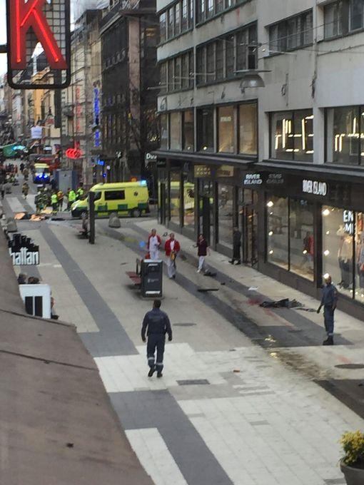 Khủng bố bằng xe tải ở thủ đô Thụy Điển, ít nhất 5 người chết - Ảnh 3.