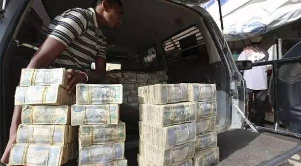 Quốc gia nghèo đến mức người dân chẳng có gì ngoài tiền, đành phải bán tiền để kiếm sống - Ảnh 3.