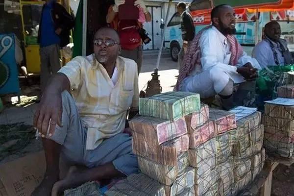 Quốc gia nghèo đến mức người dân chẳng có gì ngoài tiền, đành phải bán tiền để kiếm sống - Ảnh 2.