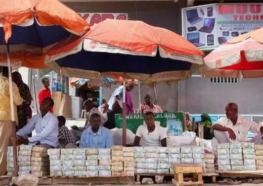 Quốc gia nghèo đến mức người dân chẳng có gì ngoài tiền, đành phải bán tiền để kiếm sống - Ảnh 14.