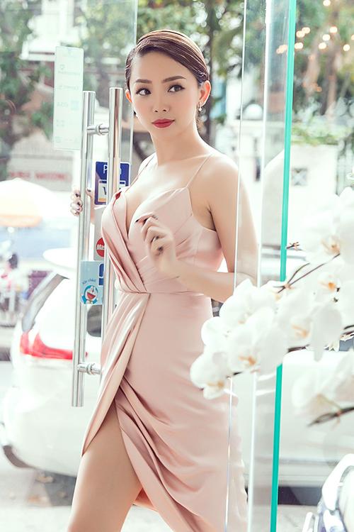 Tóc Tiên & Minh Tú: Hai quả bom gợi cảm đụng hàng, ai mặc đẹp hơn? - ảnh 5