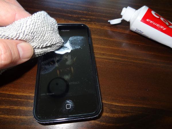 Smartphone bị trầy ư? Đây là cách giải quyết trong 1 nốt nhạc chỉ bằng kem đánh răng - Ảnh 3.