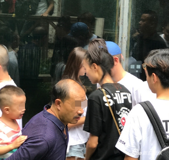 Trần Quán Hy lần đầu công khai xuất hiện bên siêu mẫu Victoria's Secret sau khi sinh công chúa đầu lòng