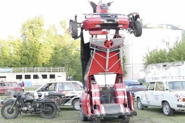 Hai bố con tự chế siêu robot sang chảnh từ xe hơi - Ảnh 1.