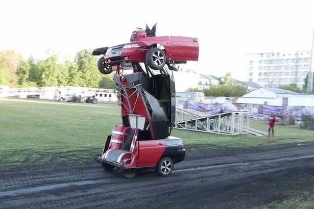 Hai bố con tự chế siêu robot sang chảnh từ xe hơi - Ảnh 3.