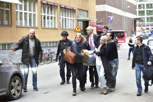 Khủng bố bằng xe tải ở thủ đô Thụy Điển, ít nhất 5 người chết - Ảnh 8.