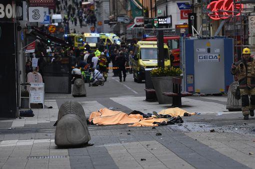 Khủng bố bằng xe tải ở thủ đô Thụy Điển, ít nhất 5 người chết - Ảnh 9.