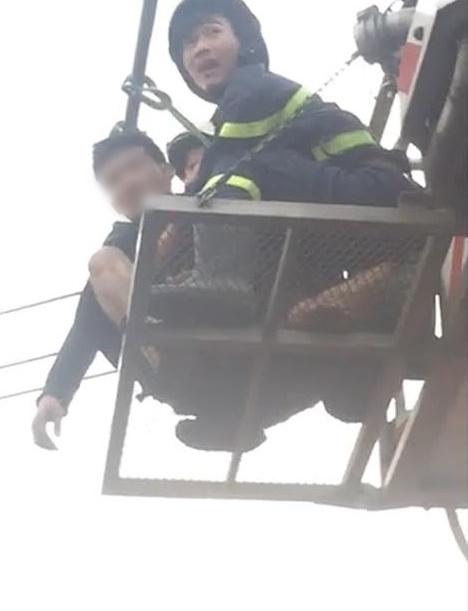 Nam thanh niên có biểu hiện ngáo đá vừa đu dây điện vừa la hét ở Sài Gòn - Ảnh 3.