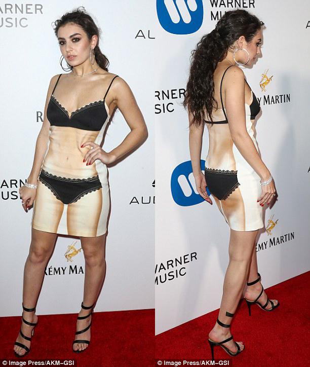 Thảm đỏ hậu Grammy: Charli XCX diện váy hình body độc đáo, đọ với vòng 1 của Katy Perry - Ảnh minh hoạ 2