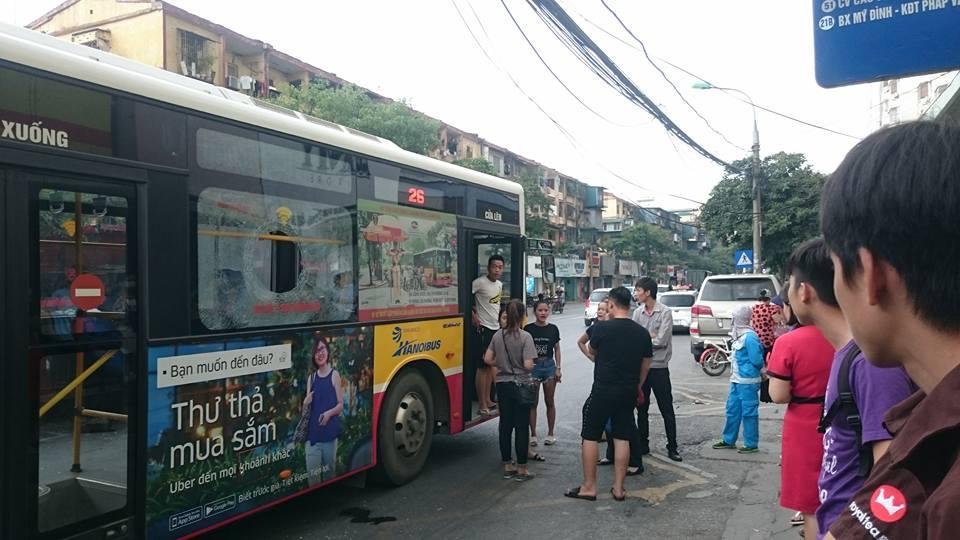 Pháp luật: Hà Nội: Giận bạn gái, nam thanh niên cầm gạch ném vỡ kính xe buýt khiến một hành khách nhập viện