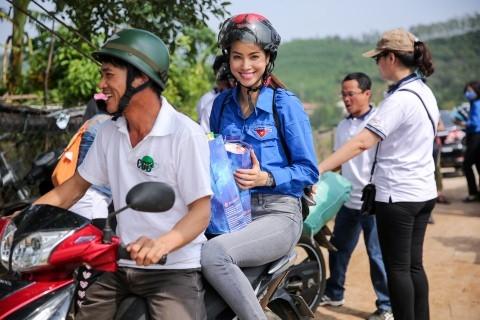 Sao Việt: Sau sự hào nhoáng bên ngoài của showbiz, vẫn có những sao Việt giản dị đi xe máy, ăn mì tôm giản dị