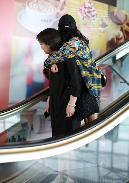Dương Mịch nhõng nhẽo, ôm chặt trợ lý tại sân bay - Ảnh 2.