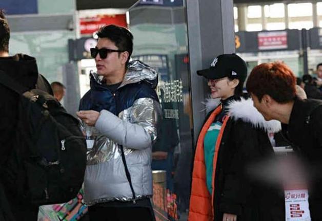 Sự thật đằng sau bức ảnh Lý Tiểu Lộ - Giả Nãi Lượng tình tứ xuất hiện tại sân bay giữa tâm bão scandal - Ảnh 1.