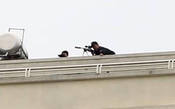 """Gần 100 cảnh sát vây bắt đối tượng có """"hàng nóng"""" cố thủ trong nhà"""