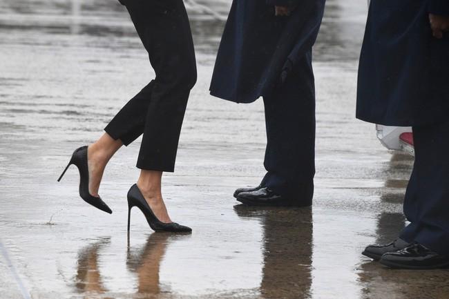 Những lần bà Melania Trump bị chỉ trích đã chứng minh: Mặc đẹp thôi chưa đủ, trang phục còn cần phải hợp hoàn cảnh nữa - ảnh 2