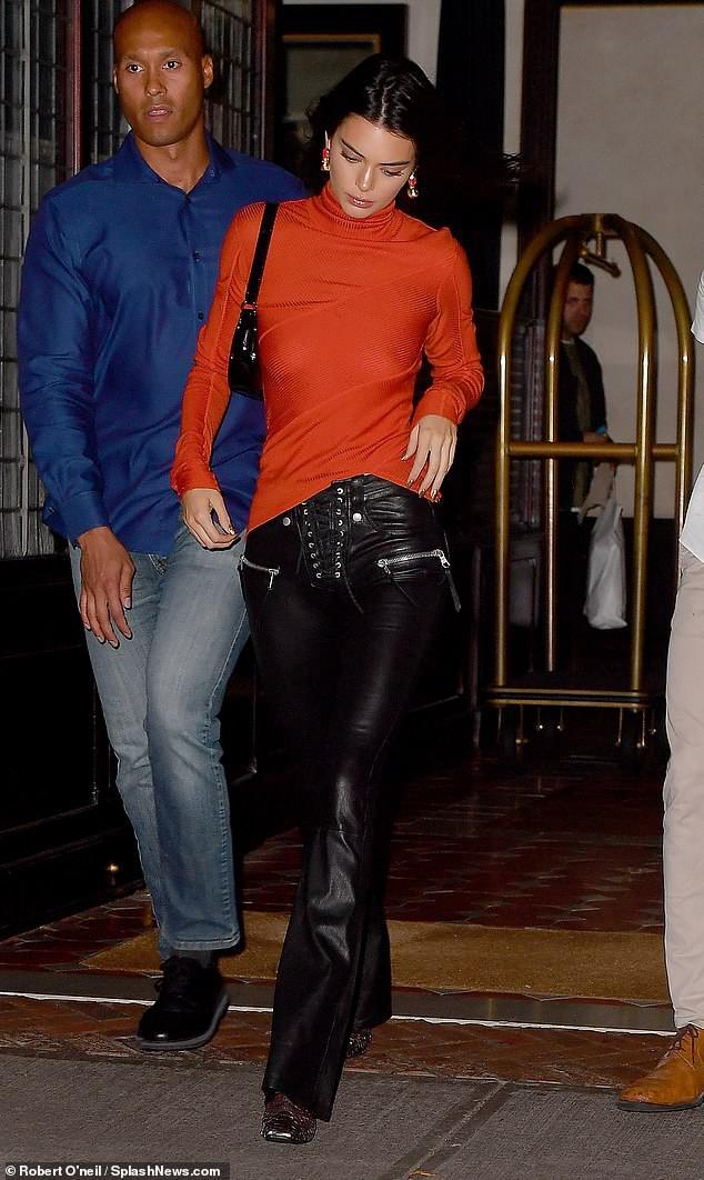Kendall Jenner bị bắt gặp thả rông vòng 1 và ở cùng khách sạn với em trai Gigi Hadid - Ảnh 2.