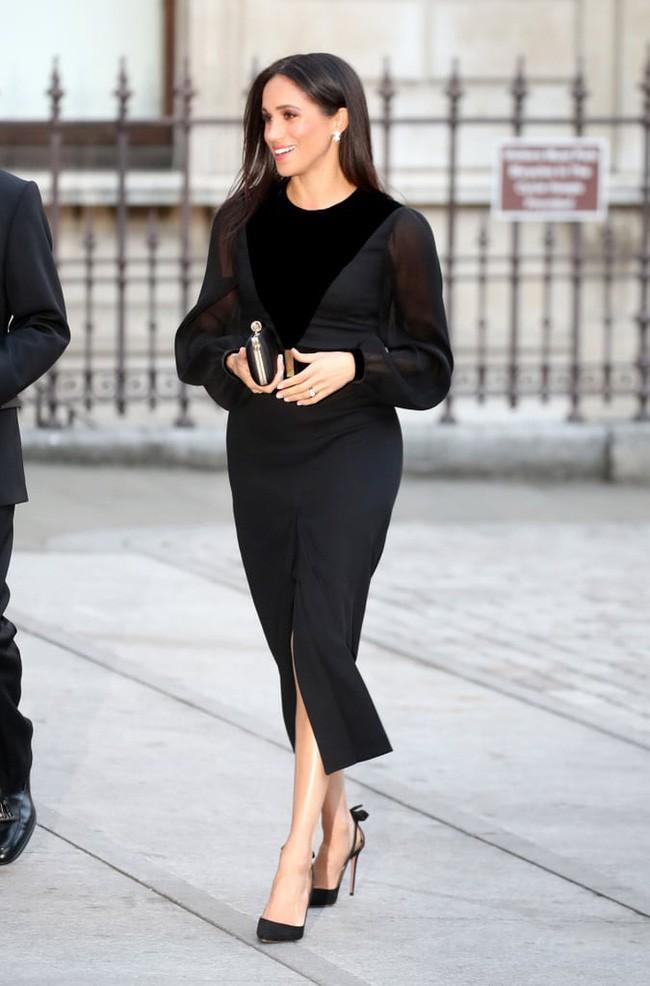 Sau 5 tháng làm dâu Hoàng gia, váy áo tinh tế thanh lịch nhiều không đếm hết nhưng Công nương Meghan lại có tới 3 lần mặc đồ kém duyên - ảnh 1