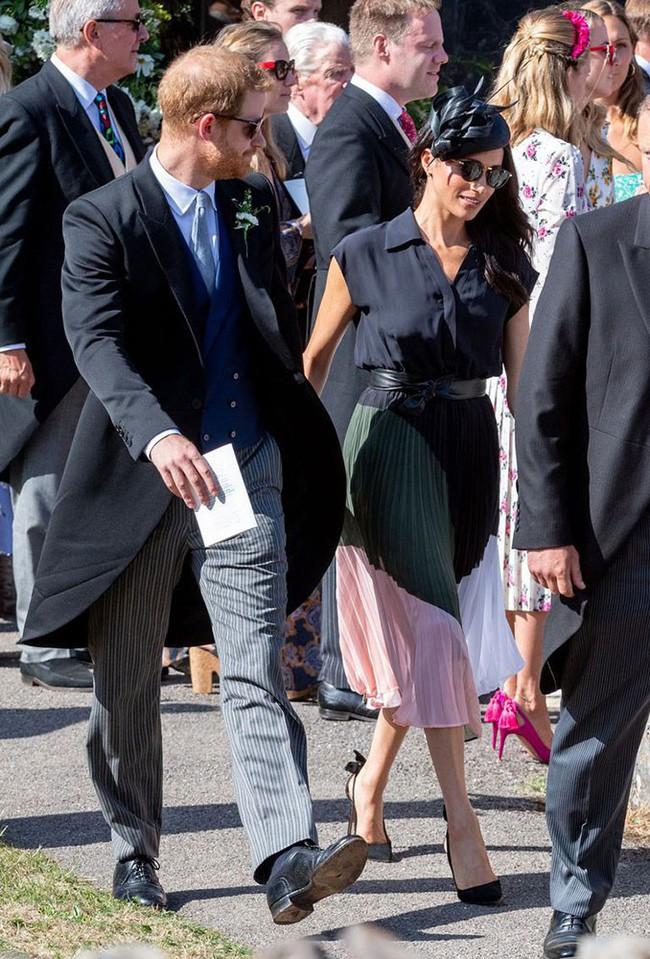 Sau 5 tháng làm dâu Hoàng gia, váy áo tinh tế thanh lịch nhiều không đếm hết nhưng Công nương Meghan lại có tới 3 lần mặc đồ kém duyên - ảnh 3