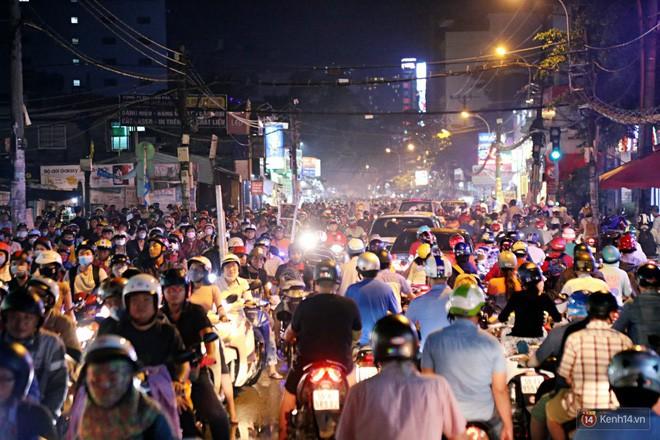 Hàng nghìn phương tiện chôn chân vì kẹt xe kinh hoàng sau cơn mưa chiều ở Sài Gòn, trẻ em ngủ trên xe máy - ảnh 1