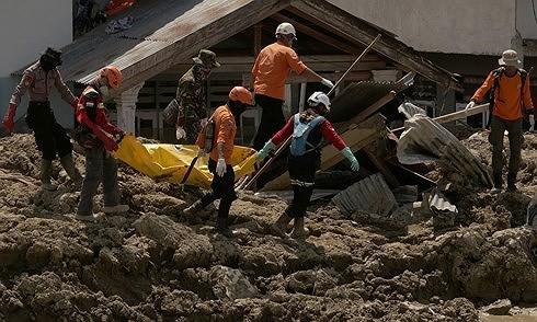 Indonesia kéo dài thời gian tìm kiếm nạn nhân động đất - ảnh 1