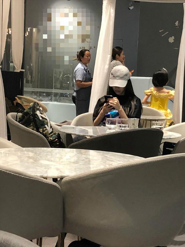 Dương Mịch bị chỉ trích thậm tệ khi bị so sánh với hình ảnh chăm con khéo léo của Angela Baby - Ảnh 2.