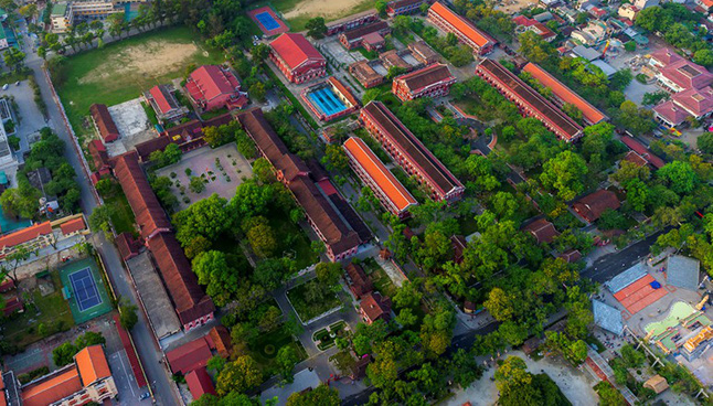 Ở miền Trung có 1 ngôi trường cấp 3 kiến trúc đẹp như châu Âu, đứng vào góc nào cũng ra ảnh nghìn like - Ảnh 1.
