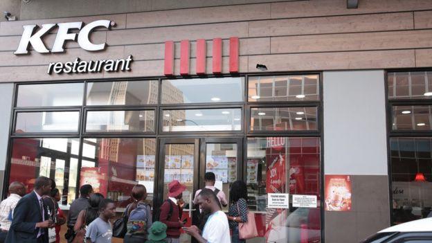 Zimbabwe: KFC và nhiều cửa hàng đồ ăn nhanh đóng cửa vì hết tiền mua thịt gà - ảnh 1