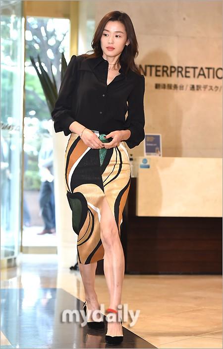 Đẹp xuất sắc dù đã hạ sinh 2 con, mợ chảnh Jeon Ji Hyun lại bị đôi chân gân guốc làm lộ dấu hiệu lão hóa - ảnh 2