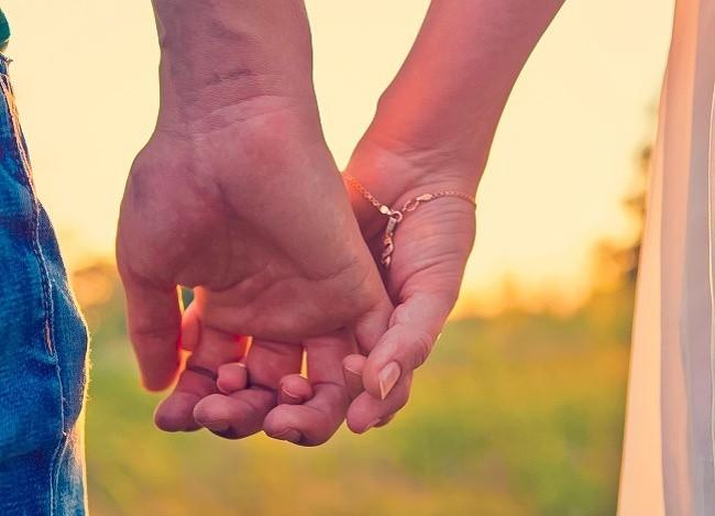 Bạn thường nắm tay người thương như thế nào? Nó tiết lộ khá nhiều điều đấy - ảnh 1