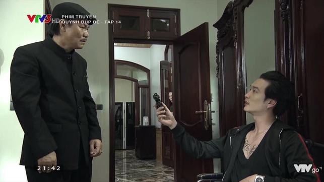 Cảnh lật mặt, dùng dao uy hiếp rồi cướp Quỳnh Búp Bê khỏi tay Phong Cấn - ảnh 1