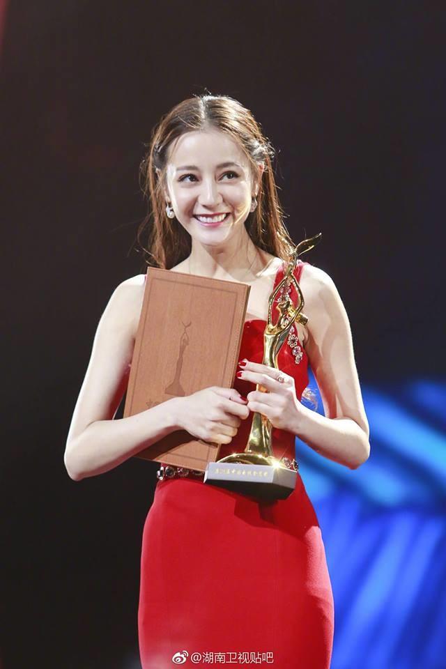 """Là người duy nhất chúc mừng Địch Lệ Nhiệt Ba đoạt giải """"Thị hậu Kim Ưng"""", Thịnh Nhất Luân bất ngờ nhận """"gạch"""" - ảnh 1"""