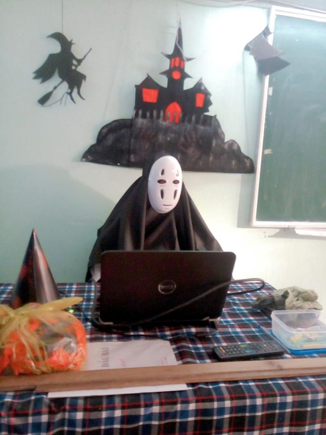 Chất như thầy giáo trường người ta: Nhập vai Vô Diện và tổ chức tiệc Halloween cho học sinh - Ảnh 1.