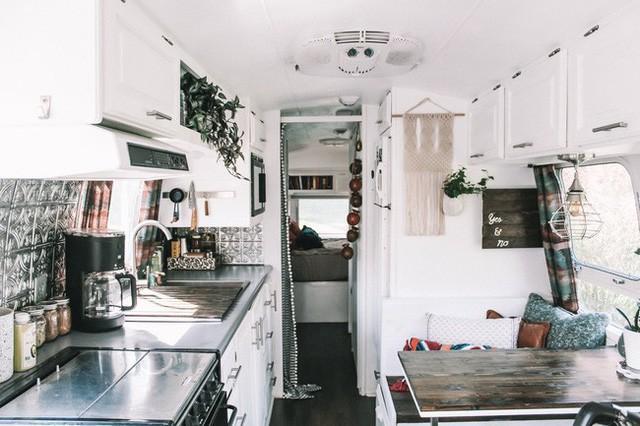 Từ chiếc xe cũ rích, cặp đôi mê xê dịch đã biến nó thành ngôi nhà mơ ước - ảnh 8