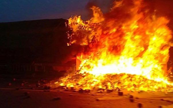 Hà Nội: Đang lưu thông, xe container bất ngờ bốc cháy ngùn ngụt trên cầu Thanh Trì