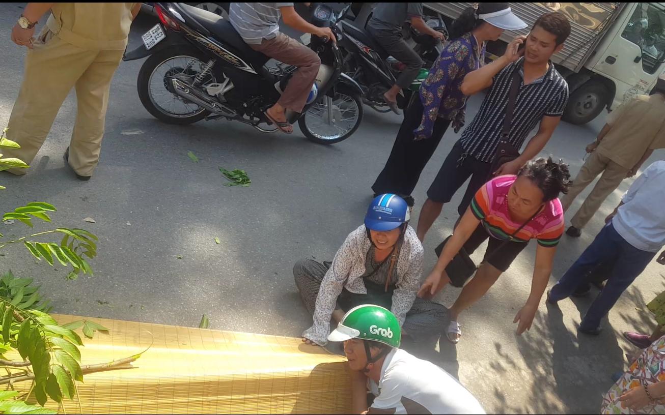 Hà Nội: Người nhà khóc ngất bên cạnh thi thể người đàn ông bị tàu hỏa tông khi lao qua đường ray