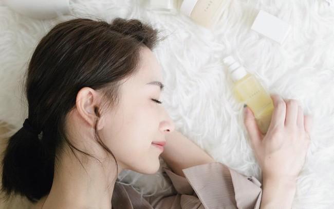 Chuyên gia da liễu chia sẻ 7 tips chăm sóc da mùa hanh khô, trong đó có một điều bạn sẽ không ngờ tới