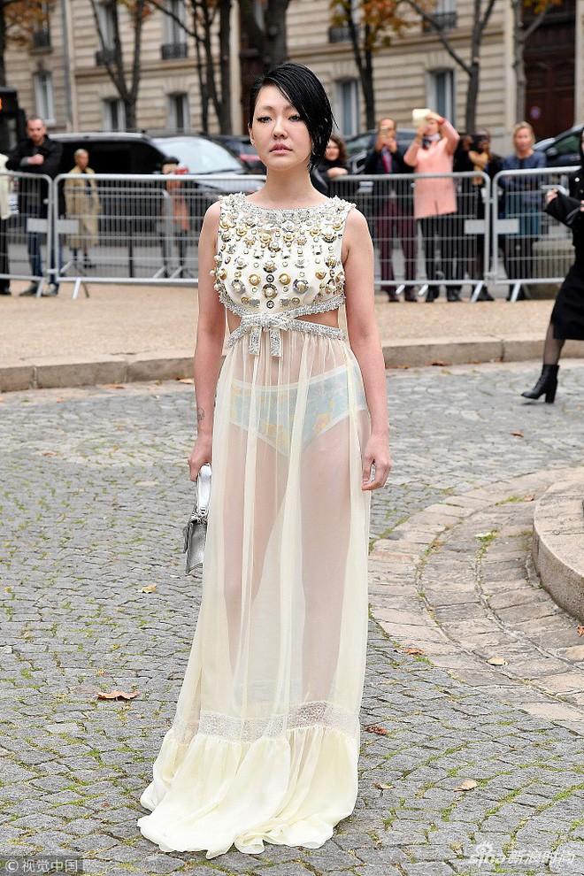 Đỉnh cao tự tin là Tiểu S: 38 tuổi vẫn mặc váy trong suốt để lộ quần nội y sặc sỡ thong dong khắp Paris - ảnh 3