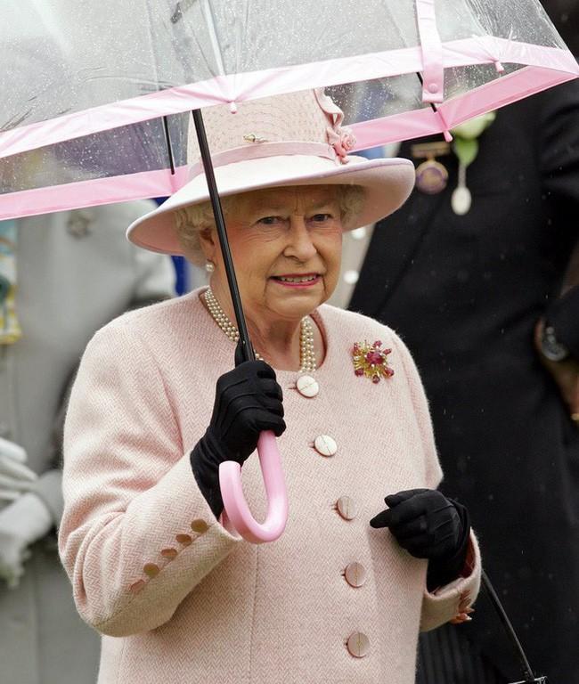 Liên tục thay đổi màu sắc trang phục, duy chỉ có món đồ này là Nữ hoàng Anh hết mực chung tình từ thời trẻ đến tận bây giờ - ảnh 2