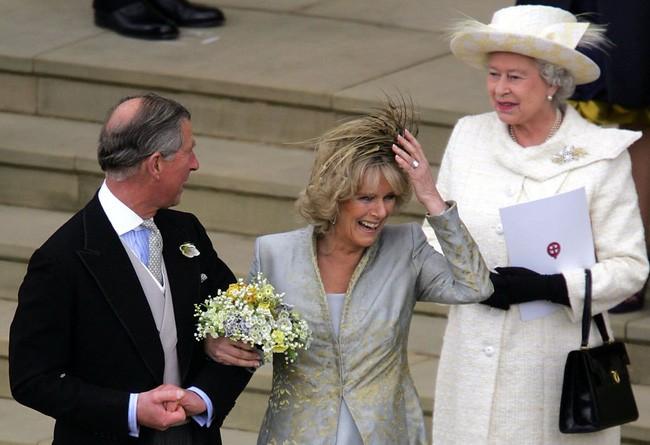 Liên tục thay đổi màu sắc trang phục, duy chỉ có món đồ này là Nữ hoàng Anh hết mực chung tình từ thời trẻ đến tận bây giờ - ảnh 8