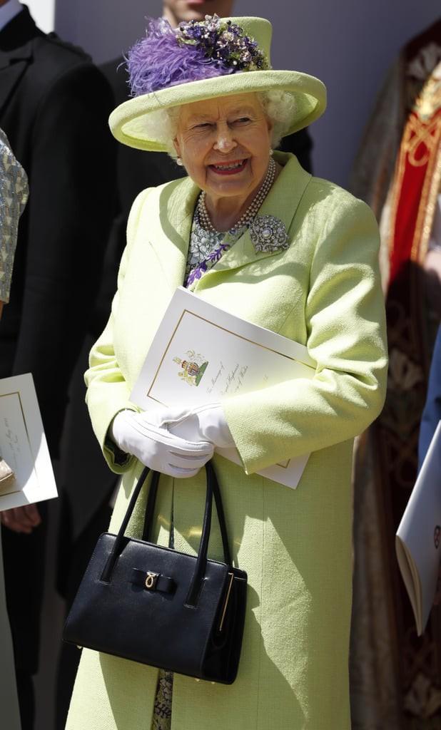 Liên tục thay đổi màu sắc trang phục, duy chỉ có món đồ này là Nữ hoàng Anh hết mực chung tình từ thời trẻ đến tận bây giờ - ảnh 12