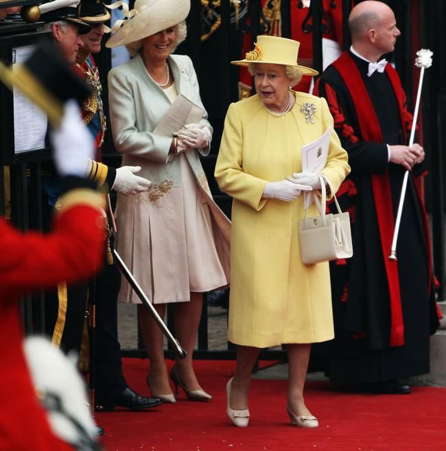 Liên tục thay đổi màu sắc trang phục, duy chỉ có món đồ này là Nữ hoàng Anh hết mực chung tình từ thời trẻ đến tận bây giờ - ảnh 11