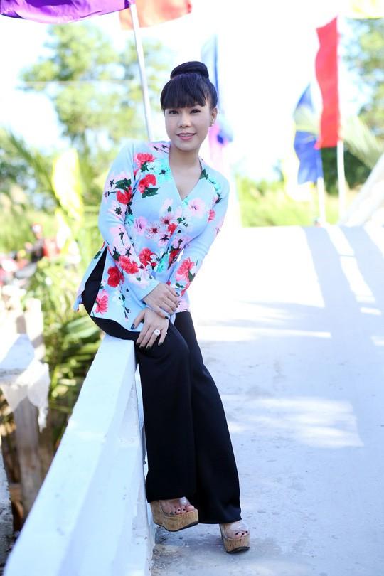 Việt Hương trẻ trung với tóc nhuộm màu, váy hở sâu khoe vòng 1 gợi cảm ở tuổi 41 - Ảnh 3.